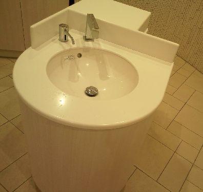 新東名駿河湾沼津ネオパーサ上り女性用トイレの真ん中にある手洗い